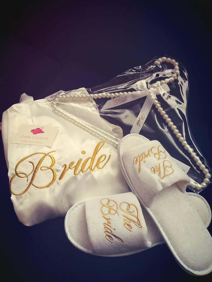 Ρόμπα προετοιμασίας, κρεμάστρα bride και παντόφλες με κέντημα bride